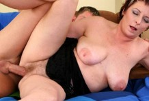 Зрелая тётка любит трахаться лёжа на спине